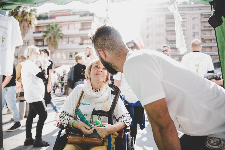 Signora sulla sedia a rotelle affetta da SLA