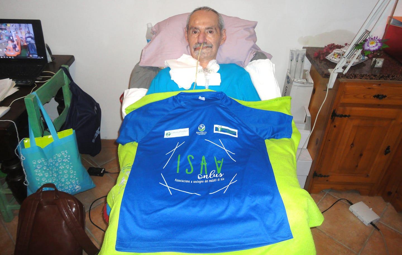 un malato di sla a letto con la maglietta isav